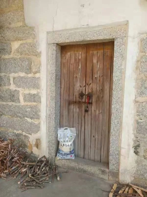 普宁市流沙爱心人士卢汉义,向官屋肚贫困群众捐赠大米!
